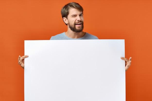 Homme barbu tenant une maquette d'affiche discount fond isolé