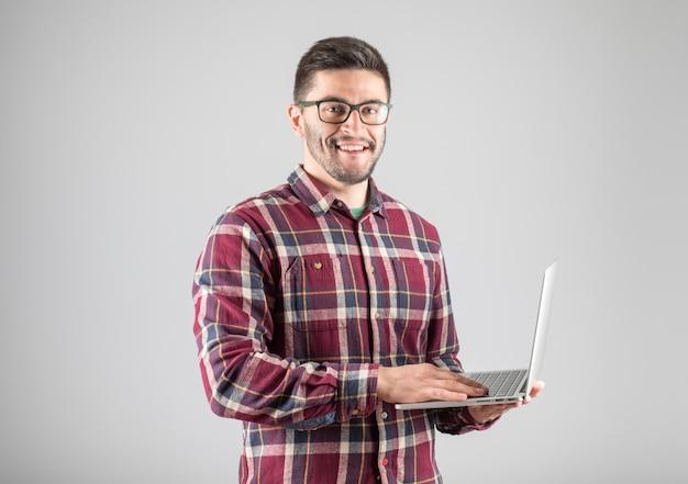 Homme barbu tenant un ordinateur portable
