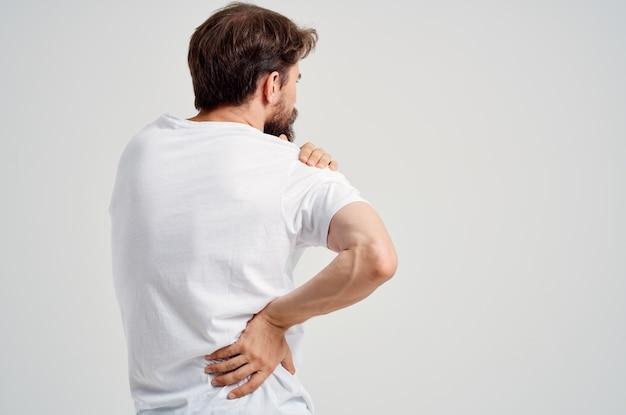 Homme barbu tenant des problèmes de santé d'arthrite du cou fond isolé