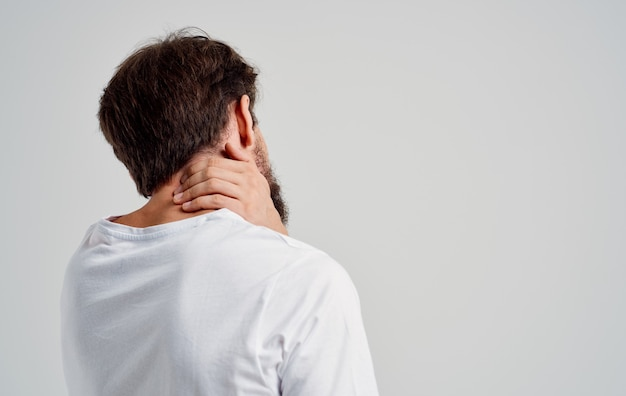 Homme barbu tenant le traitement de studio de problèmes de santé d'arthrite de cou