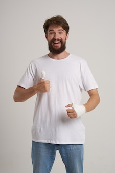 Homme barbu traitement des blessures à la main problèmes de santé émotions médecine hospitalière