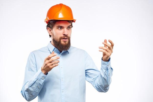 L'homme barbu travaille dans l'uniforme de protection de l'industrie de la construction