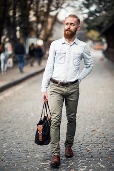 Homme barbu voyageant
