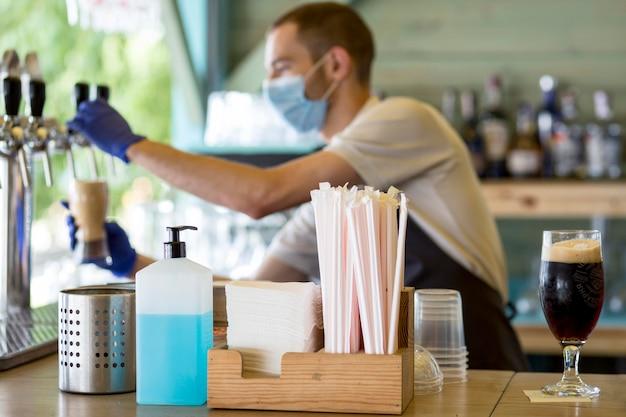 Homme barista au travail avec masque