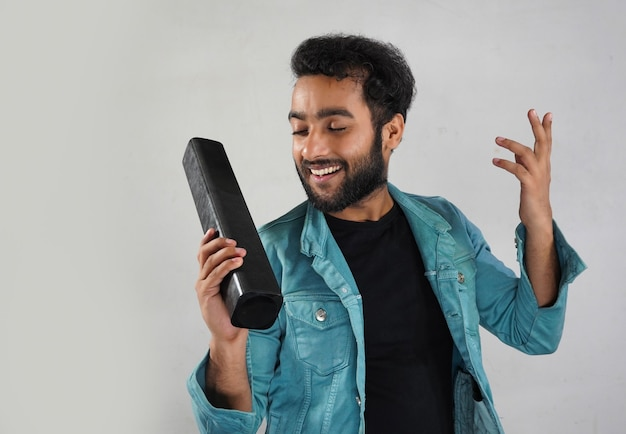 Un homme avec une barre de son, il écoute de la musique et est heureux