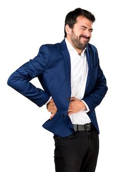 Un homme beau avec une douleur dorsale