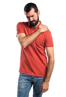 Un homme beau avec une douleur à l'épaule