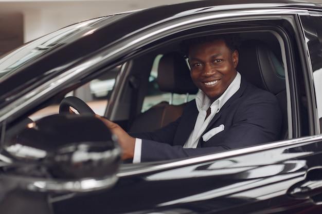 Homme beau et élégant dans un salon de voiture