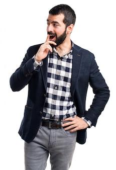 Un homme beau faisant un geste de surprise