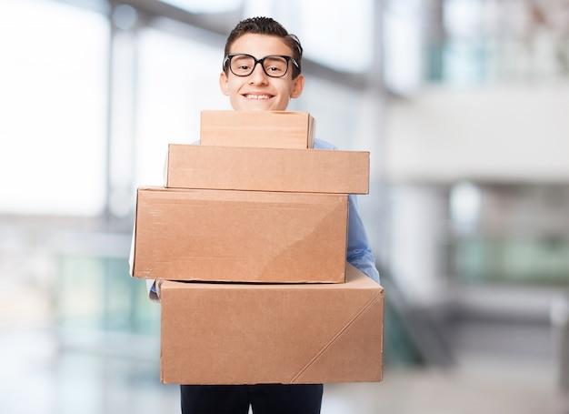L'homme avec beaucoup de boîtes