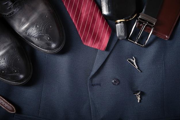 Homme beaux accessoires sur le fond du costume