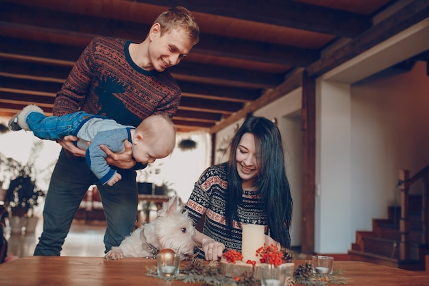 L'homme avec un bébé dans ses mains en regardant sa femme allumant une bougie
