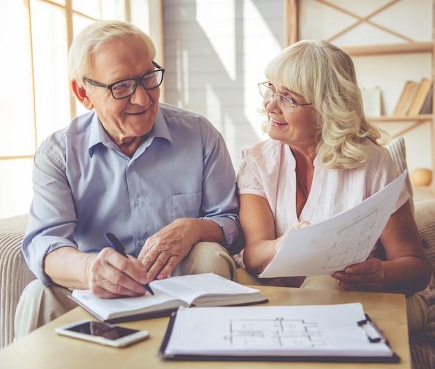 Homme et belle femme discutent d'un projet de maison