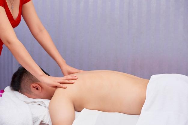 Homme bénéficiant d'un massage au salon de spa