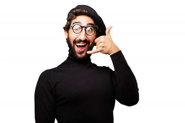 L'homme avec un béret et la bouche ouverte faisant un téléphone avec sa main