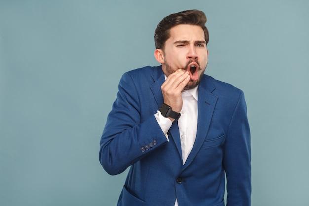 Homme bien habillé avec douleur dans les dents