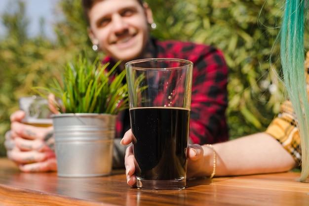 Homme, bière artisanale, dehors