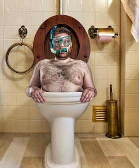 Homme bizarre avec des lunettes de natation dans les toilettes vintage