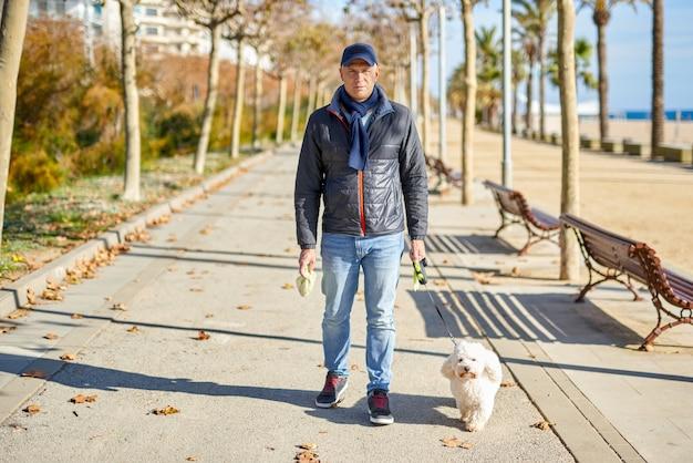 Homme blanc petit chien parc à pied