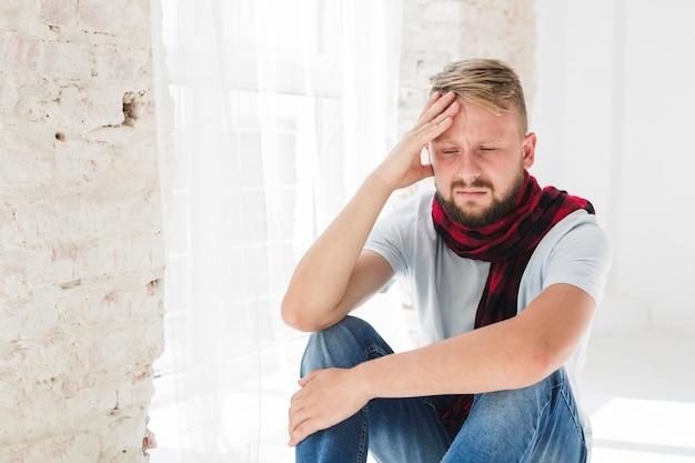 Homme en blanc souffrant de douleur