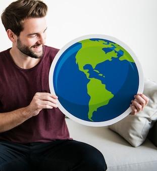 Homme blanc tenant l'icône du globe