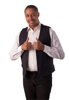 Homme en blazer noir, chemise blanche et pantalon noir sur fond blanc faisant des expressions corporelles.