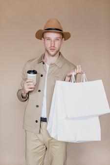 Homme blond avec chapeau regardant à la caméra