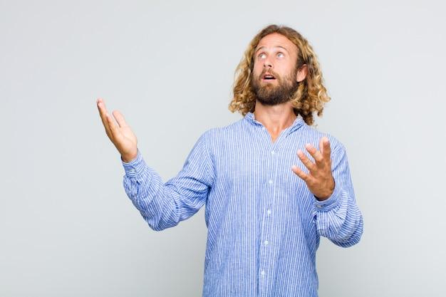 Homme blond effectuant de l'opéra ou chantant lors d'un concert ou d'un spectacle, se sentant romantique, artistique et passionné