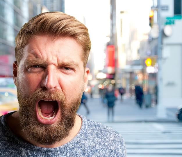 Homme blond expression de colère
