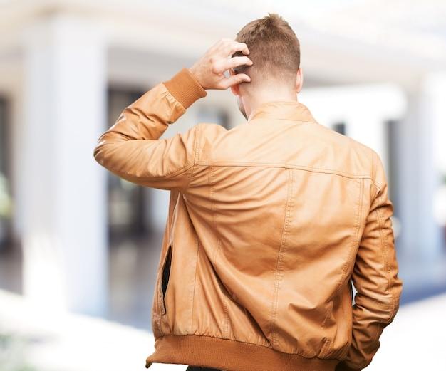 Homme blond expression inquiète