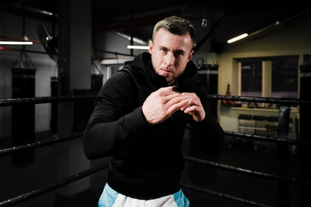 Homme blond, formation, dans, ring boxe