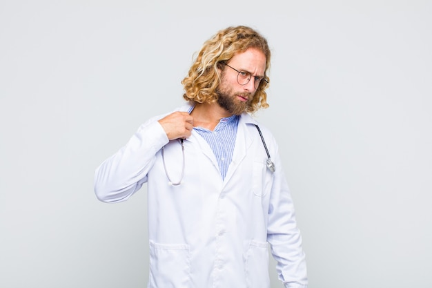 Homme blond se sentant stressé, anxieux, fatigué et frustré, tirant le col de la chemise, à la frustration de problème