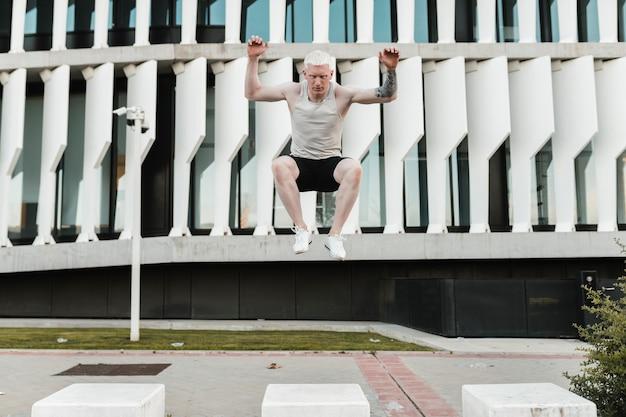 Homme blond sportif faisant du parkour