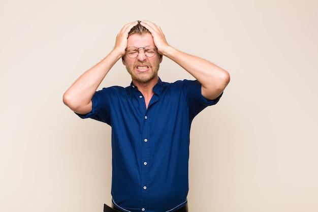Homme blond stressé et anxieux