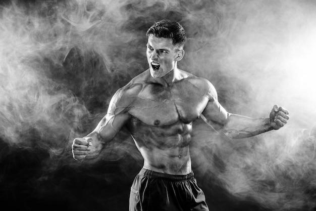 Homme bodybuilder fort avec un corps parfait