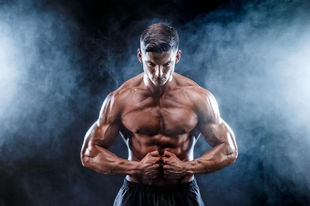Homme bodybuilder fort avec des muscles parfaits