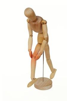 Homme en bois avec une douleur au genou.