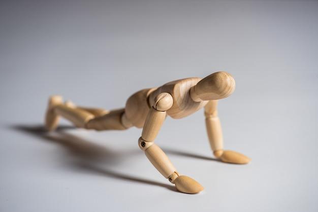 Homme en bois faisant de l'exercice