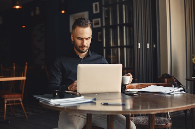L'homme boit du café. homme d'affaires lit des documents. réalisateur en chemise.