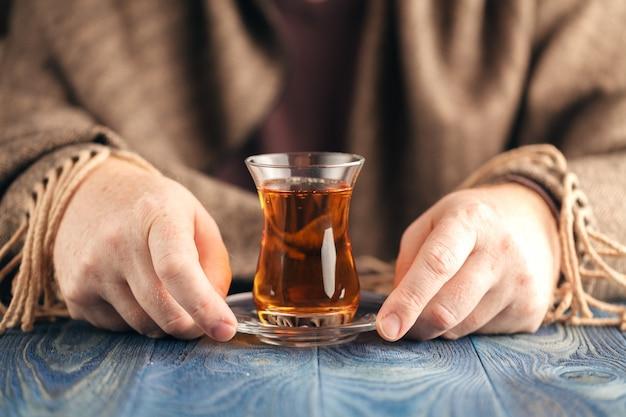 Homme boit du thé chaud par temps froid
