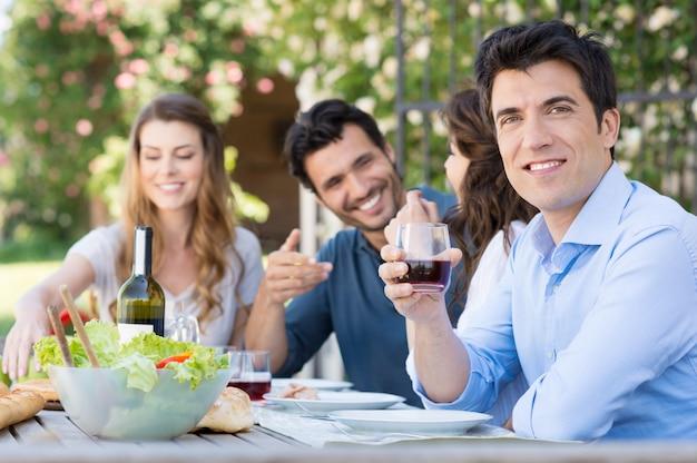 L'homme boit un verre de vin