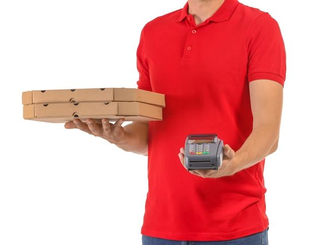 Homme avec boîtes à pizza et terminal bancaire sur blanc. service de livraison de nourriture