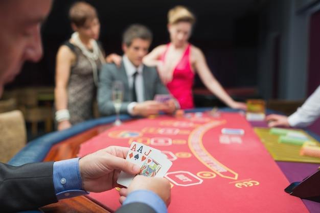 L'homme a une bonne main au poker