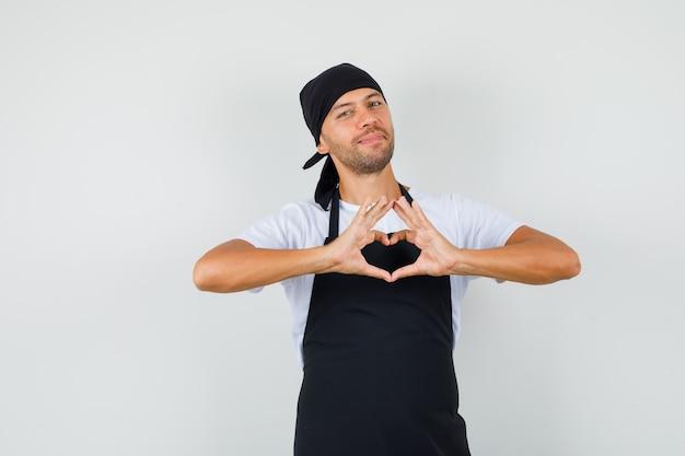 Homme de boulanger montrant le geste du coeur en t-shirt