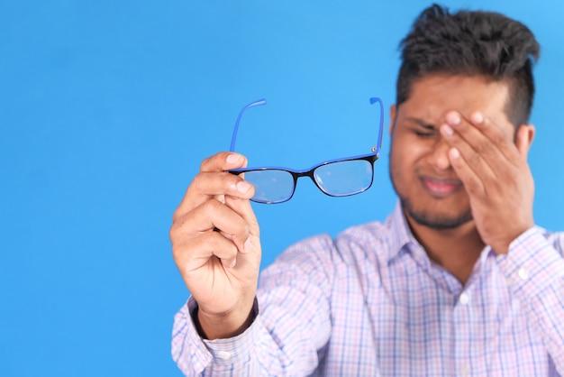 Homme bouleversé souffrant de fortes douleurs oculaires