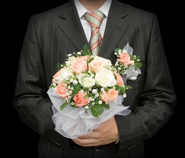 Homme avec le bouquet de mariée