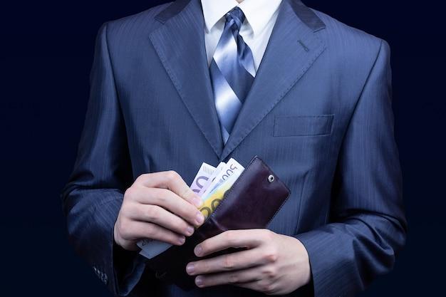 Homme bourse d'argent
