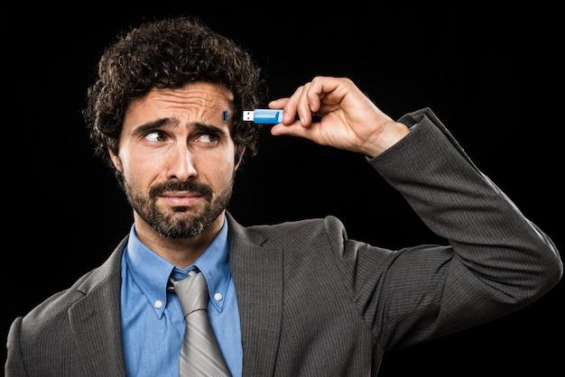 Homme branchant une clé usb dans sa tête