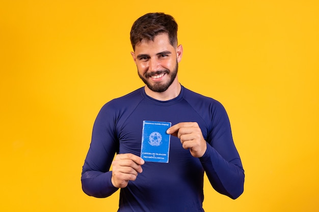 Homme brésilien avec travail sur papier et sécurité sociale, (carteira de trabalho e previdencia social)