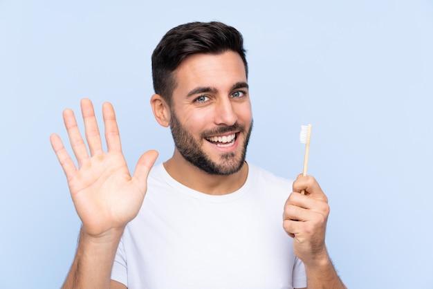 Homme avec une brosse à dents